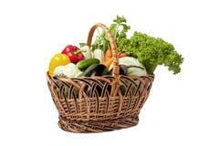 Свежие овощи в корзине на белизне. Стоковые Фотографии RF