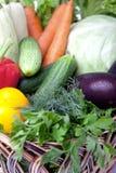 Свежие овощи в корзине на белизне. Стоковая Фотография