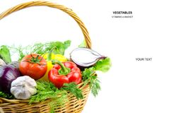 Свежие овощи в корзине на белой предпосылке диетпитание здоровое Витамины в еде стоковые изображения