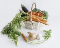 Свежие овощи в корзине: aubergines, моркови, брокколи и Стоковая Фотография RF