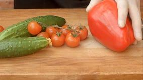 Свежие овощи в кухне на деревянном столе Стоковая Фотография RF