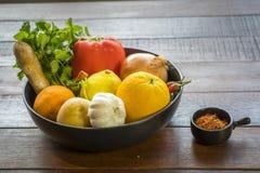 Свежие овощи в подносе, Courgettes, лук, апельсин, лимон, к Стоковое фото RF