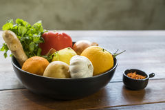 Свежие овощи в подносе, Courgettes, лук, апельсин, лимон, к Стоковые Изображения