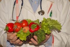 Свежие овощи, измеряя лента с планом диеты Здоровый маркетинг еды Вегетарианская диета овощей Конец-вверх мужского диетолога Стоковое Изображение RF