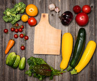 Свежие овощи и ингридиенты для варить вокруг хряка вырезывания Стоковые Фотографии RF
