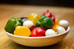 Свежие овощи и макаронные изделия лежа на деревянном столе Стоковая Фотография RF