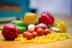 Свежие овощи и макаронные изделия лежа на деревянном столе Стоковое фото RF