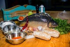 Свежие овощи и рыбы лежа на деревянном столе Стоковое Изображение RF