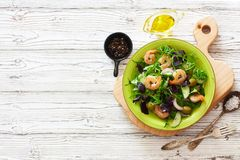 Свежие овощи и салат креветок Стоковая Фотография RF