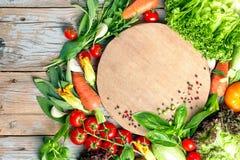 Свежие овощи и травы фермы на деревенской предпосылке стоковые фотографии rf