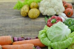 Свежие овощи на деревянной таблице Стоковая Фотография