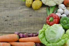 Свежие овощи на деревянной таблице Стоковое Изображение RF