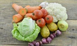 Свежие овощи на деревянной таблице Стоковая Фотография RF