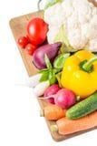 Свежие овощи на деревянной доске изолированной на белизне Стоковое Изображение RF