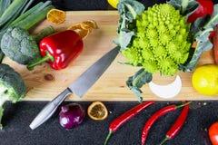 Свежие овощи на деревянной доске Стоковые Фотографии RF