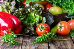 Свежие овощи на деревянной предпосылке Стоковое Изображение RF