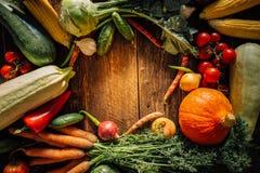 Свежие овощи на деревянной предпосылке Стоковые Фотографии RF