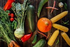 Свежие овощи на деревянной предпосылке Стоковые Изображения RF