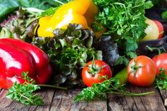 Свежие овощи на деревянной предпосылке Стоковые Изображения