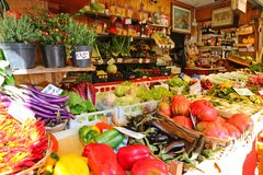 Свежие овощи на итальянском рынке в Венеции, Италии Стоковые Фото