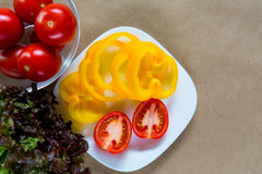 Свежие овощи на плите, взгляд сверху Стоковые Изображения