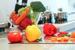 Свежие овощи на разделочной доске Принципиальная схема варить Стоковые Фото
