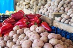Свежие овощи на счетчике рынка Стоковая Фотография