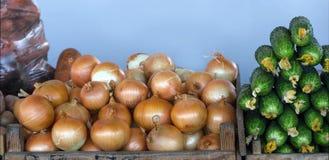 Свежие овощи на счетчике рынка Стоковые Изображения