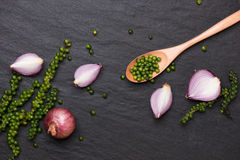Свежие овощи на черной таблице Кольца красного лука и зеленое peppe Стоковое фото RF