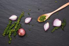 Свежие овощи на черной таблице Кольца красного лука и зеленое peppe Стоковые Фотографии RF