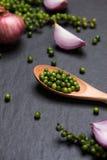Свежие овощи на черной таблице Кольца красного лука и зеленое peppe Стоковые Изображения RF