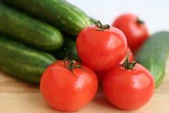Свежие овощи - огурцы и томаты Стоковые Фотографии RF