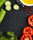 Свежие овощи, оливковое масло, травы и специи Стоковые Фото