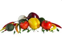 свежие овощи, перец, томат, авокадо, зеленые цвета, белизна лука, красный пеец лука, перец chili изолированный на белой предпосыл Стоковое фото RF