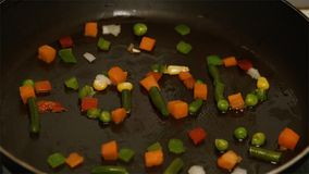 Свежие овощи при масло жаря в лотке Замедленное движение и конец вверх Замороженное vegetable смешивание на сковороде Положенные  Стоковые Изображения