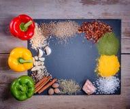 Свежие овощи, специи и травы разбросали на темную предпосылку Естественные и био ингридиенты для варить космос экземпляра для ваш Стоковая Фотография RF
