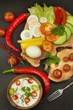 Свежие овощи для закусок с одевать Погружение для овощей Еда здорового питания для обедающего Стоковое фото RF