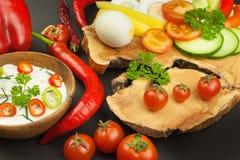 Свежие овощи для закусок с одевать Погружение для овощей Еда здорового питания для обедающего Стоковая Фотография RF