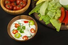 Свежие овощи для закусок с одевать Погружение для овощей Еда здорового питания для обедающего Стоковое Изображение RF