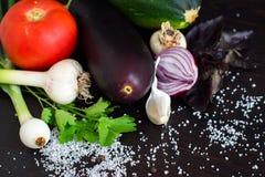 Свежие овощи для салата и консервировать Томаты, огурец, лук, чеснок, цукини и специи Стоковое фото RF