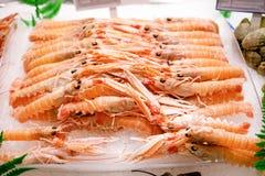 Свежие омары на льде Покрашенное lookz artropods аппетитное стоковые изображения
