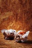 Свежие домодельные булочки на деревянном столе Стоковое фото RF