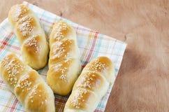 Свежие домодельные хлебцы с семенем sesam на салфетке на деревянном t Стоковое Фото