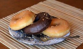 Свежие домодельные donuts на коричневой плите на таблице Стоковая Фотография RF