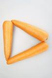 Свежие оранжевые моркови положенные как треугольник Стоковое фото RF