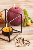 Свежие оранжевые цветки роз, сердце, и освещенные свечи Стоковое Фото