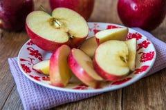 Свежие органические большие красные яблоки стоковое фото