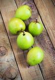 Свежие органические груши на старой древесине Сбор осени груши Стоковые Изображения RF