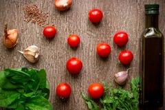 Свежие органические ингридиенты для делать салата: шпинат, томаты, ростки, базилик, оливковое масло на деревенской предпосылке, в Стоковое Фото