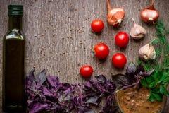 Свежие органические ингридиенты для делать соуса: шпинат, томаты, ростки, базилик, оливковое масло на деревенской предпосылке, вз Стоковое Фото
